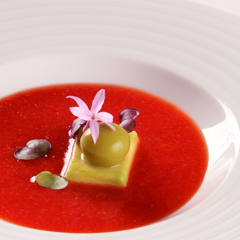 Sopa de fresa con esférico de menta